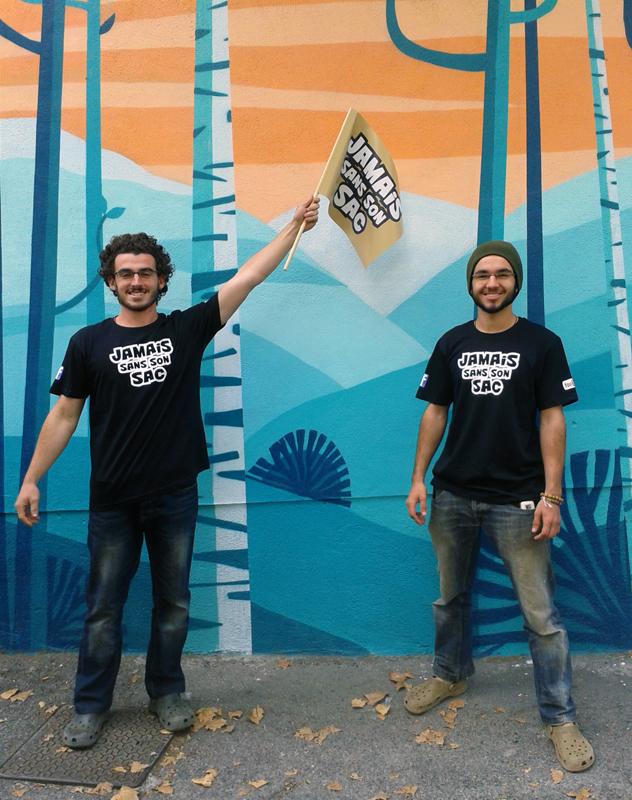 Jason et Nicolas avec leur nouvel équipement tout neuf de t-shirt et drapeau